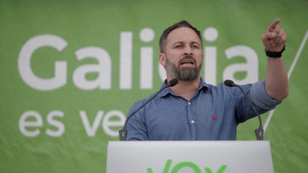 Foto: El presidente de VOX, Santiago Abascal, durante el acto electoral de este sábado en La Coruña. (EFE)