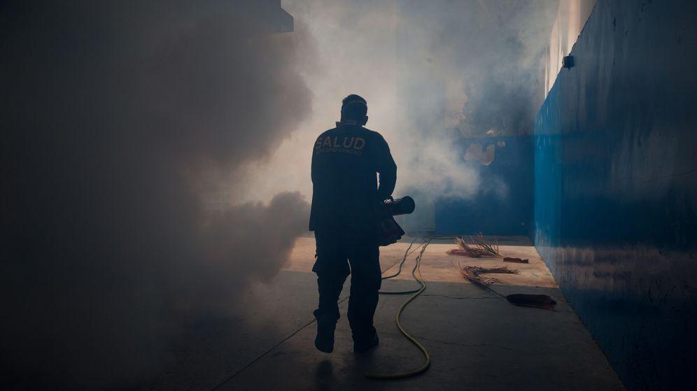 Foto: Labores de fumigación para combatir al mosquito transmisor del zika. (EFE)