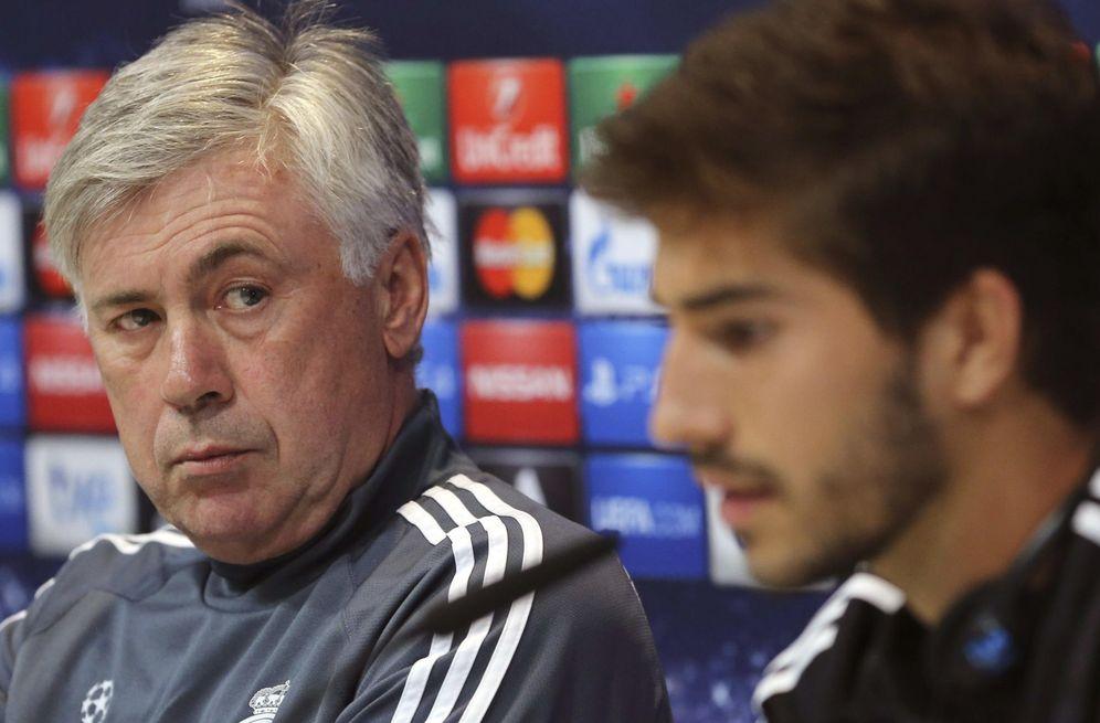 Foto: Ancelotti mira a Lucas Silva durante una rueda de prensa. (EFE)