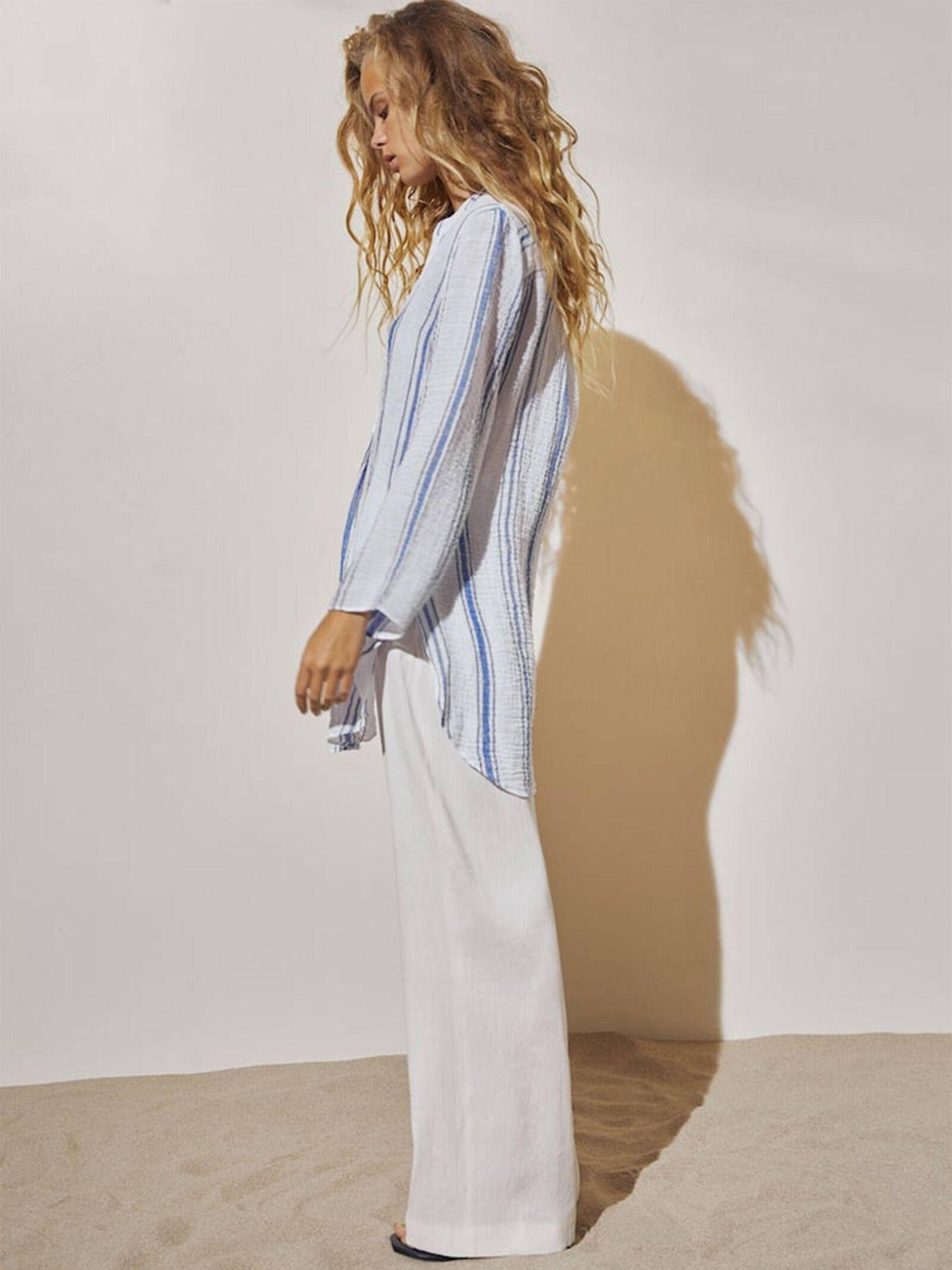 Camisa de rayas blancas y azules de Massimo Dutti. (Cortesía)
