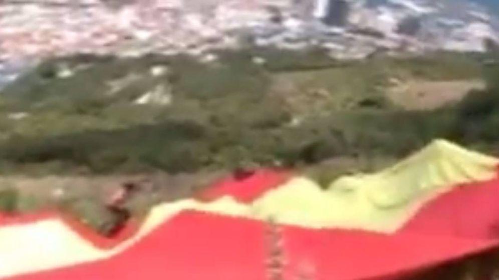 Foto: Fotograma del vídeo donde se ve cómo despliegan la bandera.