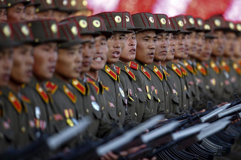 Foto: Soldados norcoreanos cantan eslóganes durante un desfile conmemorativo del Partido de los Trabajadores de Corea en Pyongyang, el 10 de octubre de 2015 (Reuters)