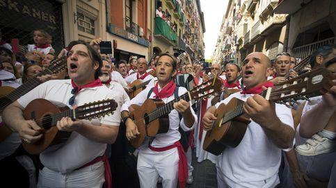 Que no falte el pañuelo rojo: esta es la ropa hay que llevar en San Fermín (y por qué)