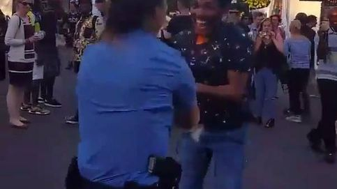 El vídeo viral de una policía de servicio bailando salsa abre el debate en las redes