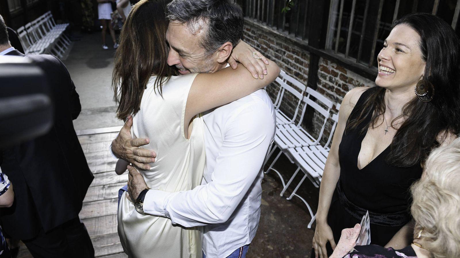 Foto:  Daniel abraza a su hija Pauline, ante la mirada de su mujer. (Getty)