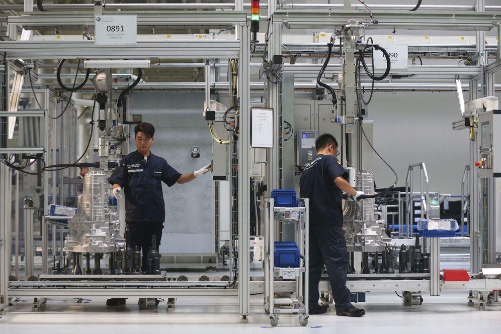Foto: Trabajadores en una empresa china de ensamblaje de componentes para la automoción. (EFE)