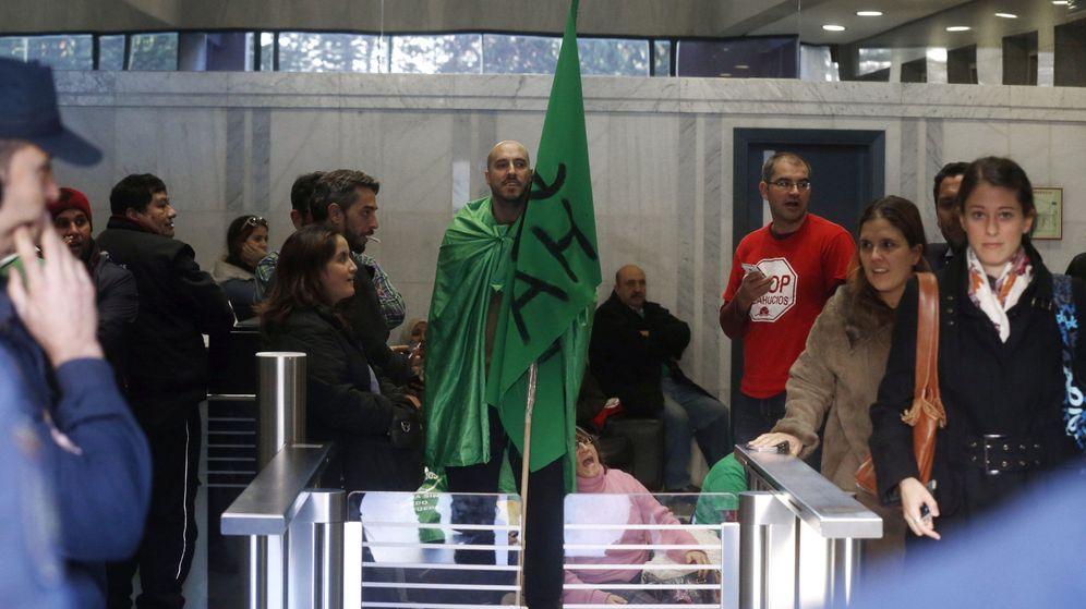 Foto: Protesta en la sede de Goldman Sachs en Madrid por los desahucios en antiguas viviendas del Ivima. (EFE)