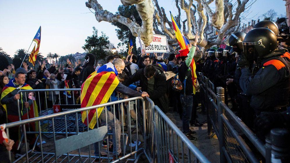 Foto: Antidisturbios de los Mossos d'Esquadra se despligan frente al Parlament. (EFE)
