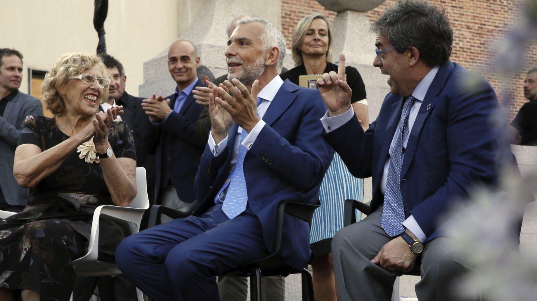 La alcaldesa de Madrid, Manuela Carmena, y el embajador italiano en España, Stefano Sannino (c), durante Passione Italia, en el centro cultural Conde Duque. (EFE)