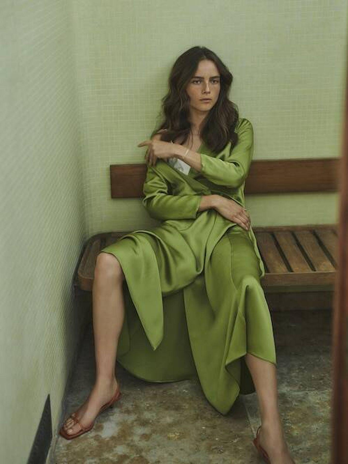 El vestido satinado de Massimo Dutti. (Cortesía)