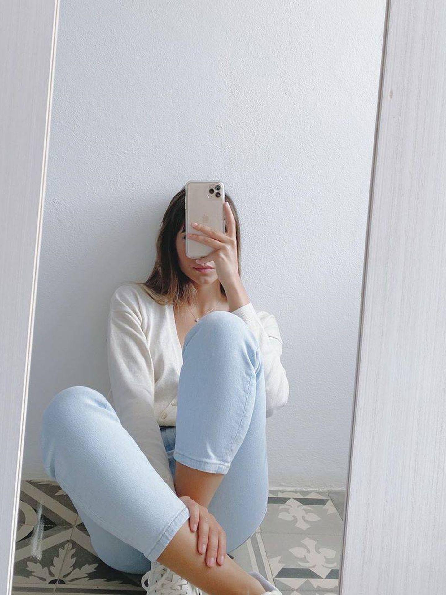 Un selfie de Aitana frente al espejo con el pantalón vaquero de Stradivarius. (Instagram)