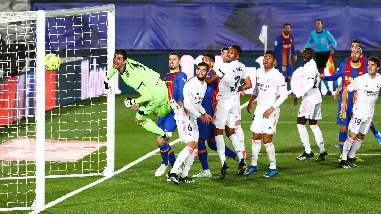 Leo Messi estrella un balón en el poste durante un Clásico. (Reuters)