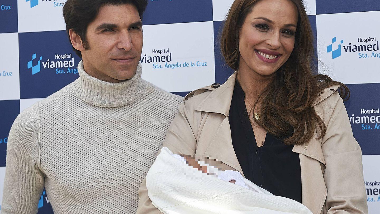 Cayetano Rivera y Eva González, cuando presentaron a su hijo. (Getty)