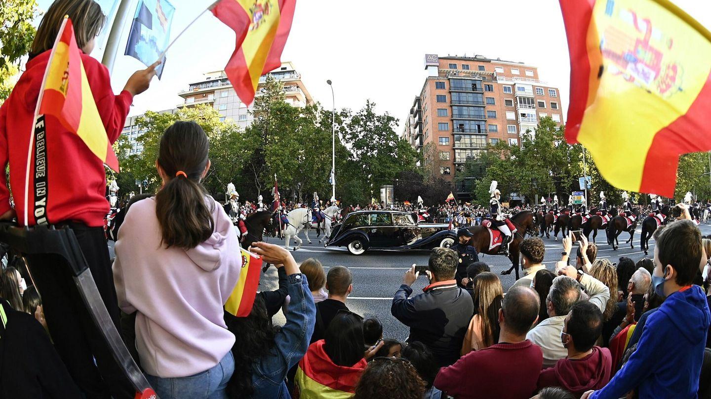 Llegada del coche de los Reyes Felipe y Letizia, al desfile militar del 12 de Octubre. (EFE)