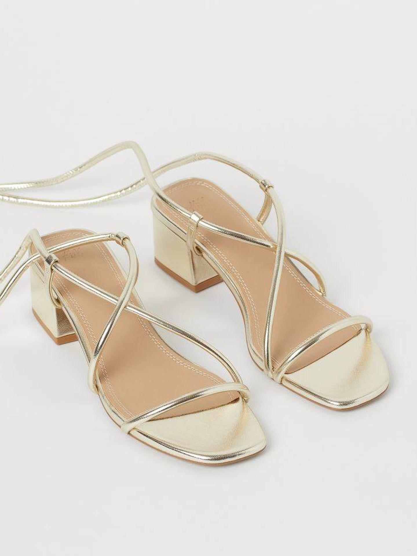 Las sandalias doradas de H&M. (Cortesía)