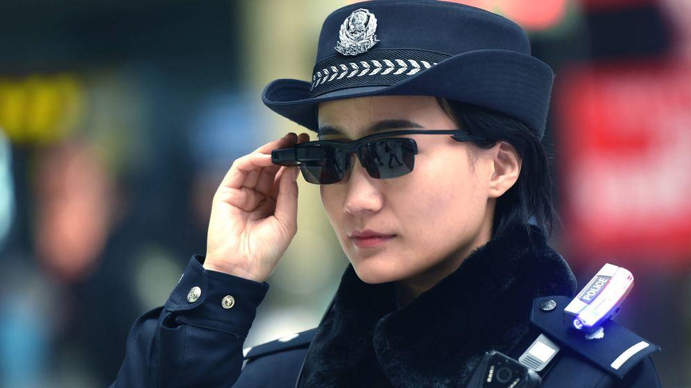 Foto: Una policía china, utilizando las gafas de reconocimiento facial. (Sixthtone)