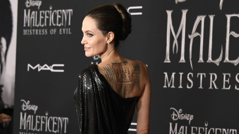 Detalle de los tatuajes de espalda de Angelina Jolie. (Getty)