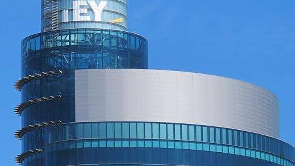 EY corona la City madrileña: lleva su logo a lo más alto de la Torre Titania
