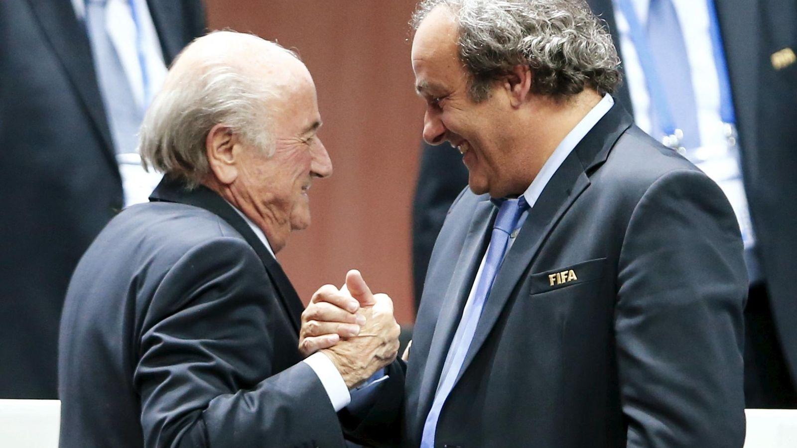 Foto: Platini saluda a Blatter durante el 65º Congreso de la FIFA en Zurich (Reuters).