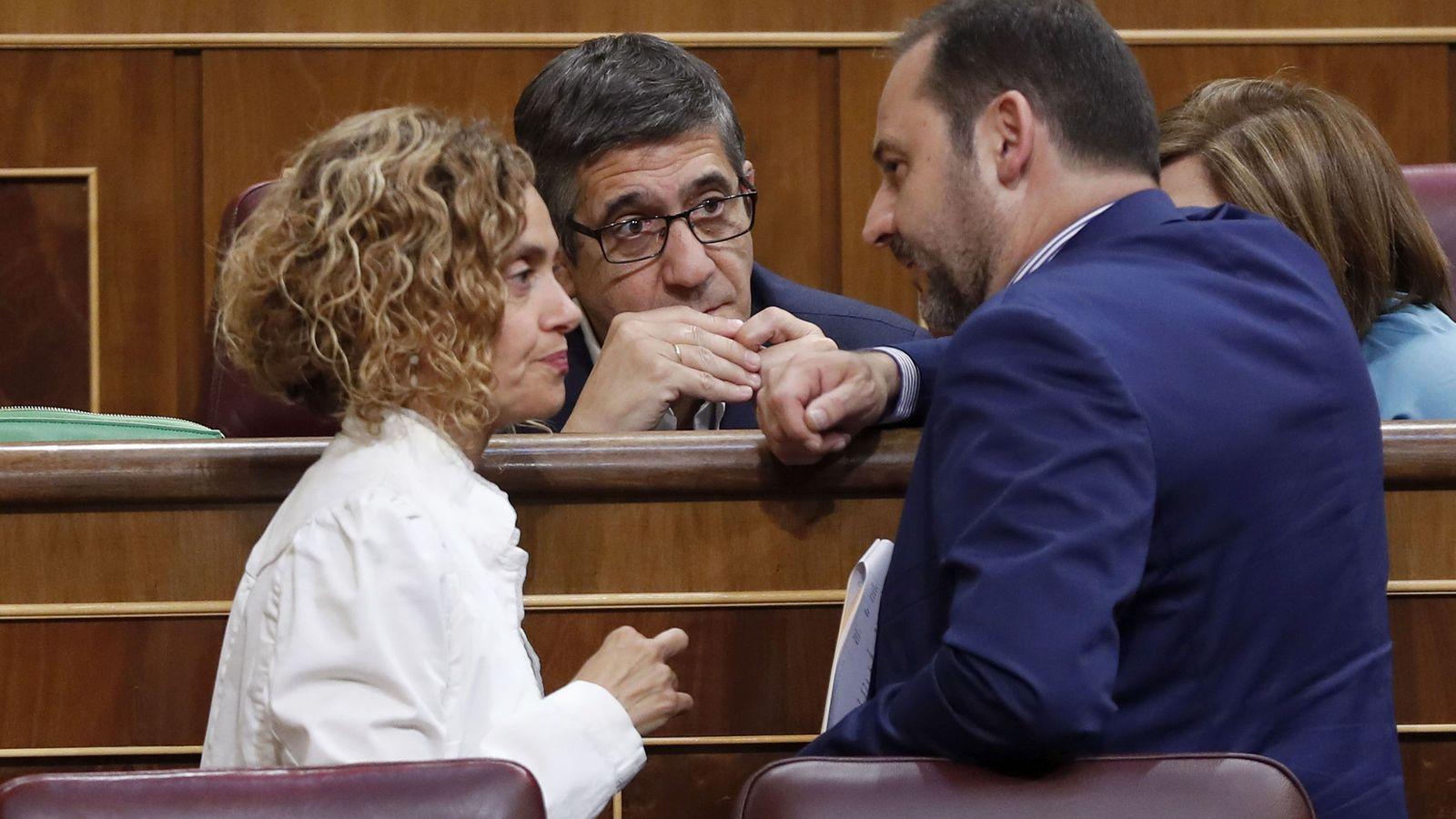 Foto: Los diputados socialistas Meritxell Batet, Patxi López y José Luis Ábalos, este 19 de septiembre en el pleno del Congreso. (EFE)