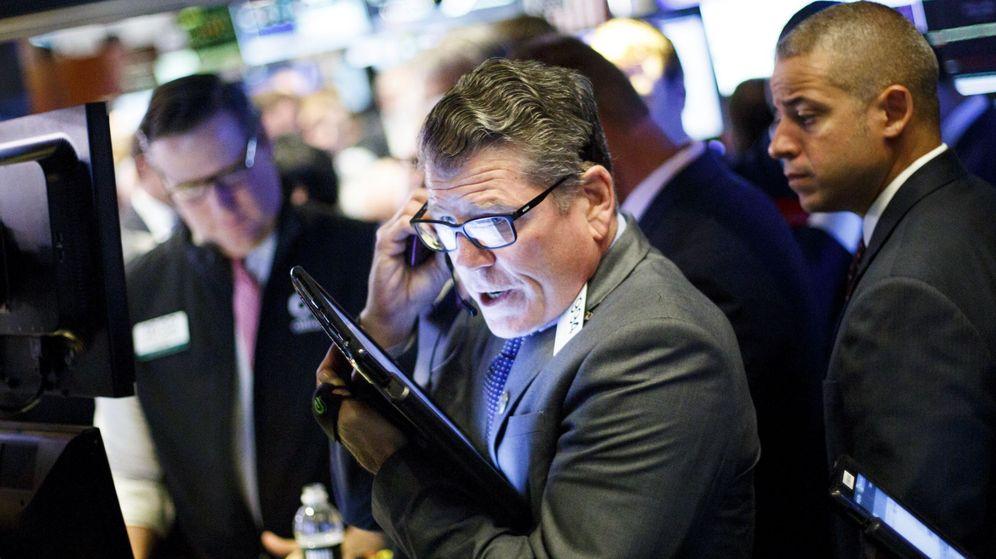 Foto: Corredores de bolsa trabajan en Wall Street. (EFE)