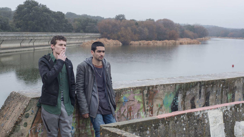 Omar y Ander, de 'Élite' en un embalse de la Sierra Madrileña. (Netflix)