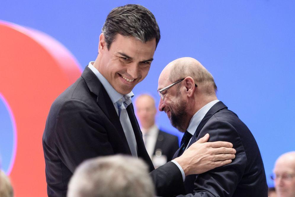 Foto: Pedro Sánchez y el exlíder del SPD Martin Schulz, el pasado 22 de abril en el congreso del partido en Wiesbaden, Alemania. (EFE)