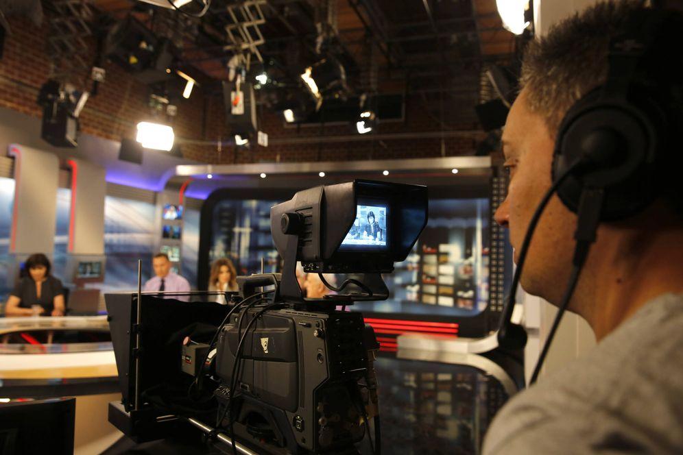 Foto: Un cámara de la cadena estatal ERT en Atenas, en junio de 2013 (Reuters)