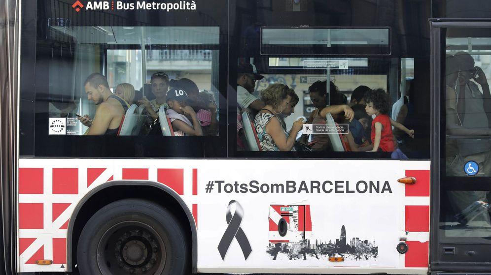 Foto: Un autobus con el lema 'Tots som Barcelona (Todos somos Barcelona)' pasa por las Ramblas. (EFE)