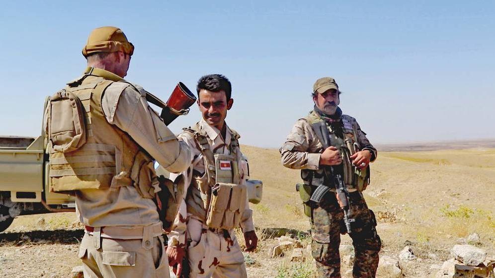 Foto: Milicianos de la unidad yazidí de Haydar Shasho (primer plano), junto a un excapitán del Ejército español que se ha reenganchado varias veces en las YBS. (Ferran Barber)
