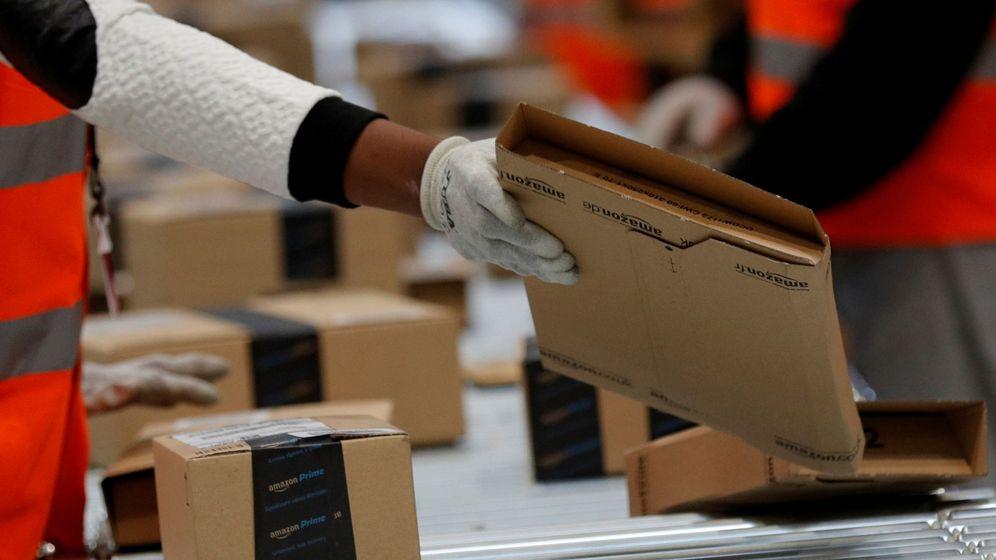 Foto: Los empleados de Amazon preparan varios paquetes. (Reuters)