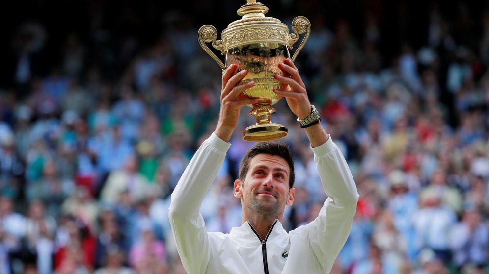 Foto: Novak Djokovic levanta el trofeo de campeón de Wimbledon. (Reuters)