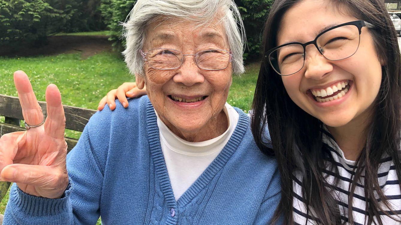Foto: Abuela y nieta de China haciendo el símbolo de la victoria (iStock)