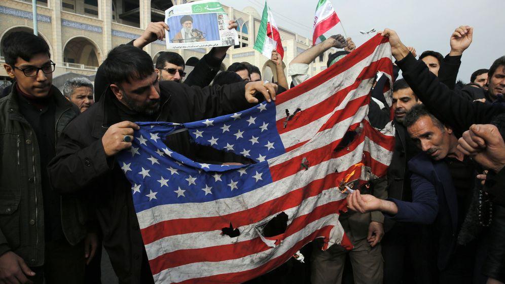 Foto: Manifestantes iraníes rompiendo una bandera de Estados Unidos. (Reuters)