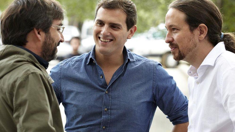 Foto: Albert Rivera y Pablo Iglesias, con el presentador de 'Salvados', Jordi Évole, en el que ambos líderes debatieron frente a frente. (EC)