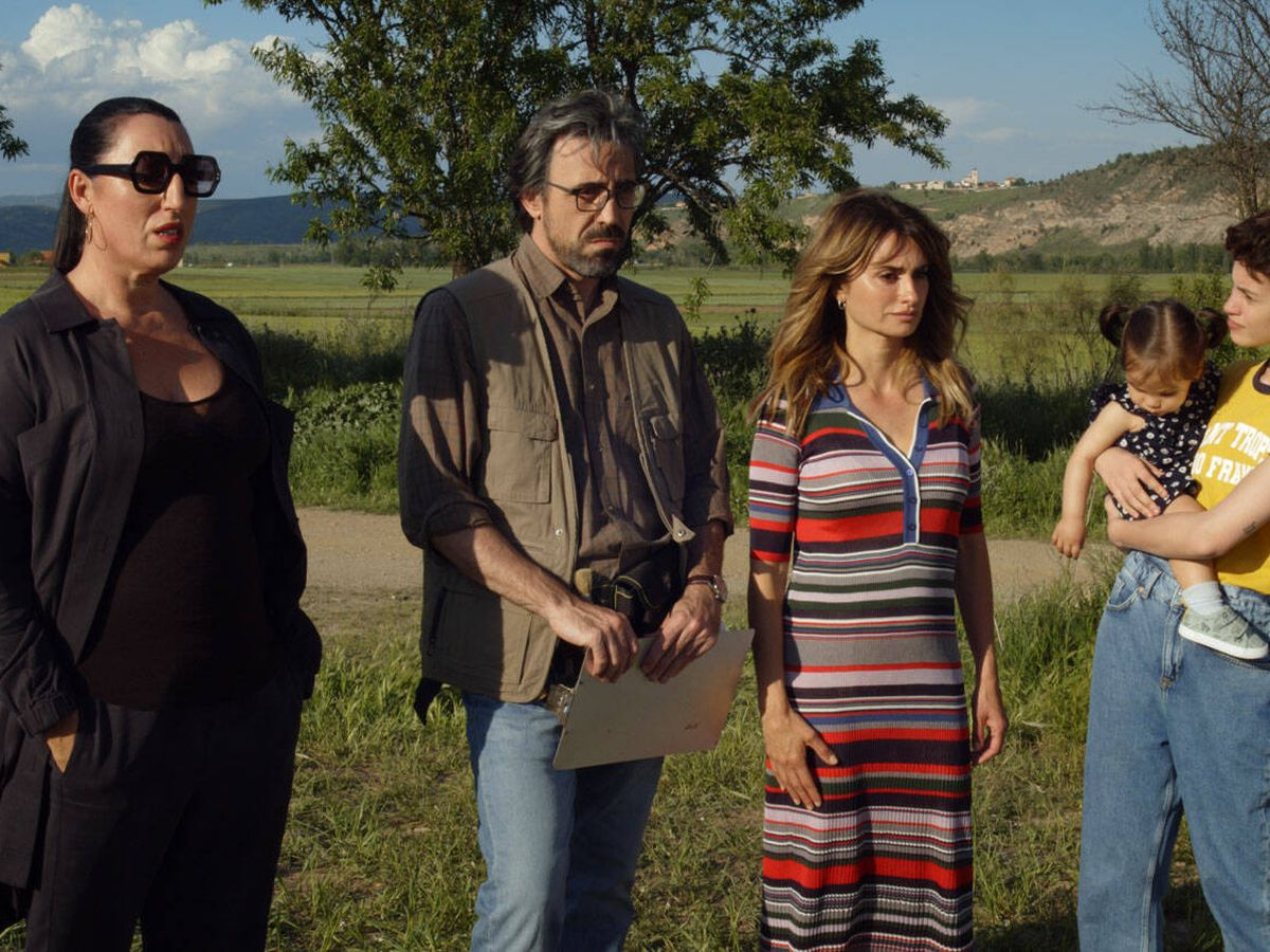 Foto: Rossy de Palma, Israel Elejalde, Penélope Cruz, Milena Smit y Luna Auria Contreras, en 'Madres paralelas'. (Sony)