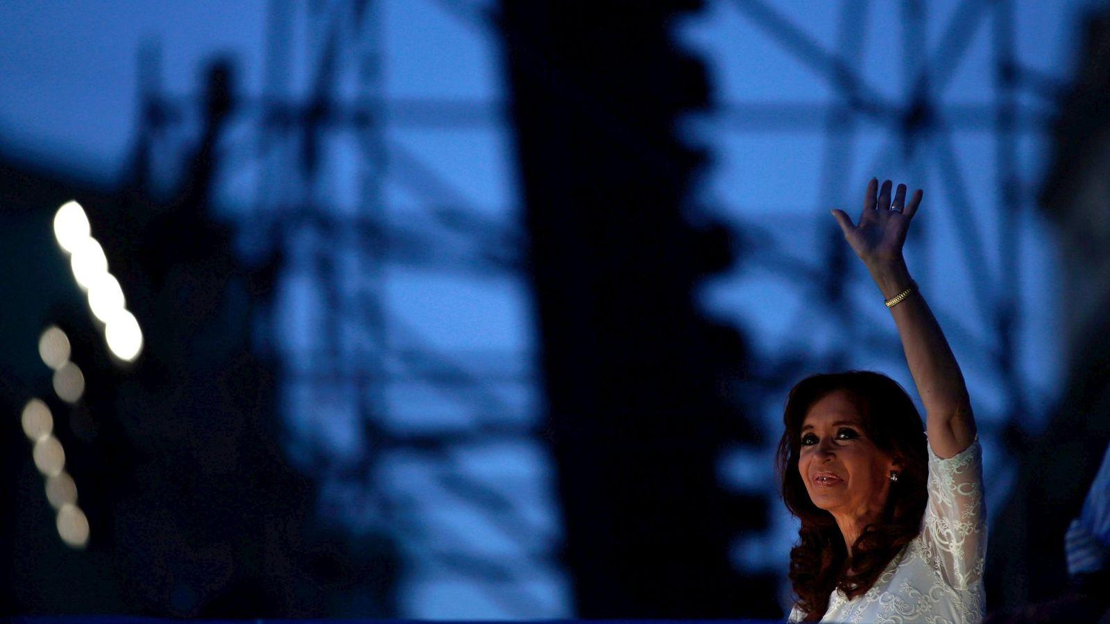 Foto: La expresidenta Cristina Fernández de Kirchner saluda a simpatizantes durante una ceremonia en su último día en la Casa Rosada, el 9 de diciembre de 2015. (Reuters)