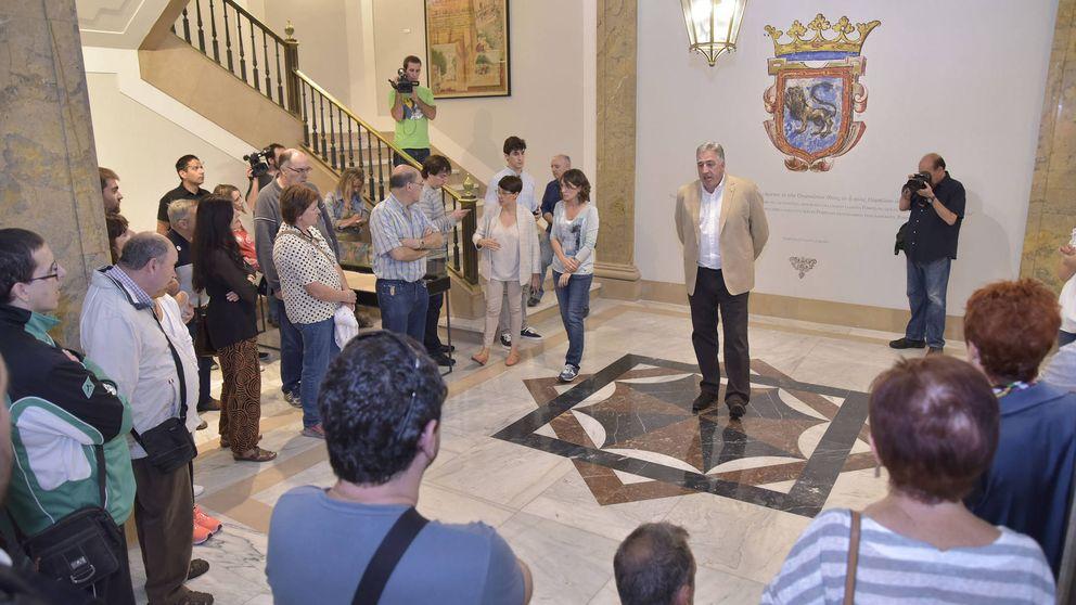 Pamplona cambia los retratos de reyes de Navarra por... carteles de San Fermín
