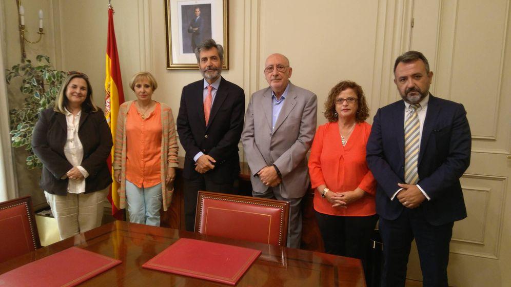 Foto: Carlos Lesmes, junto a los representantes de las asociaciones de niños robados. (EC)