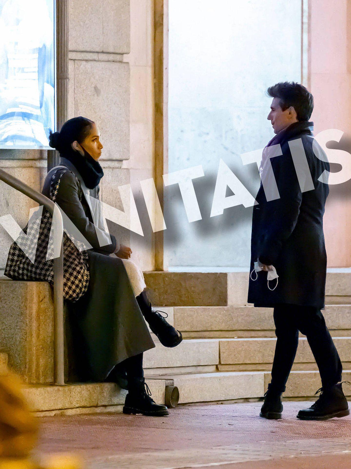 La pareja, charlando a la salida del teatro. (Lagencia Press)