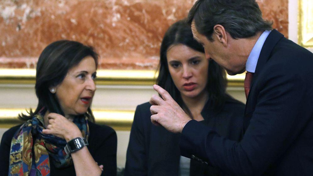 Foto: Margarita Robles, Irene Montero y Rafa Hernando, portavoces de PSOE, Unidos Podemos y PP, charlan en el Congreso el pasado 17 de octubre. (EFE)
