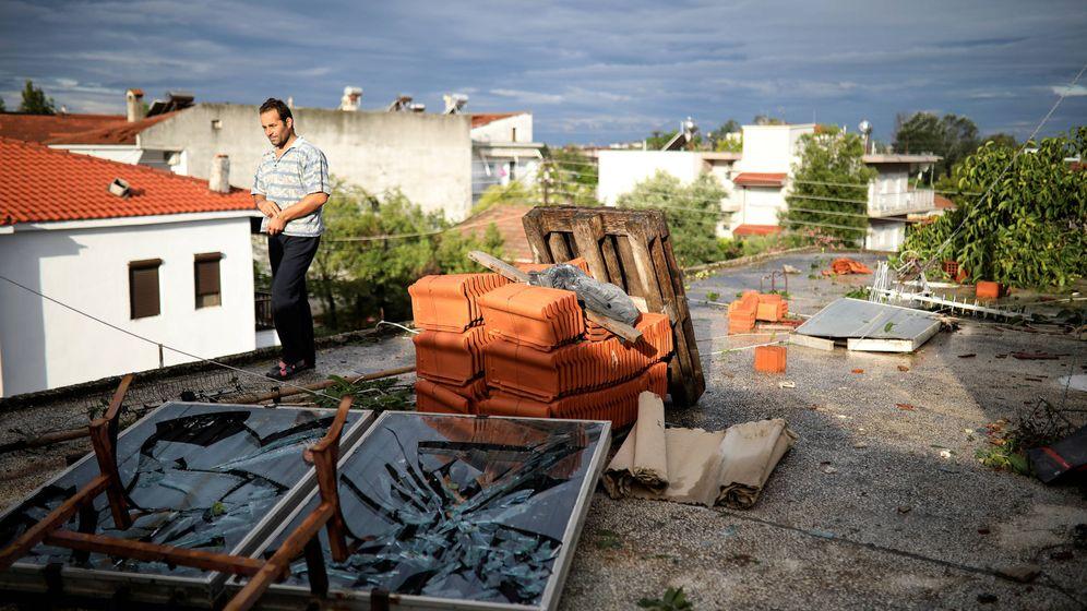 Foto: Un hombre camina entre los daños de su vivienda tras la tormenta en Nea Plagia, Grecia. (Reuters)