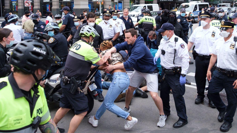 La policía arresta a una persona durante una protesta en respuesta a la muerte de George Floyd. (EFE)