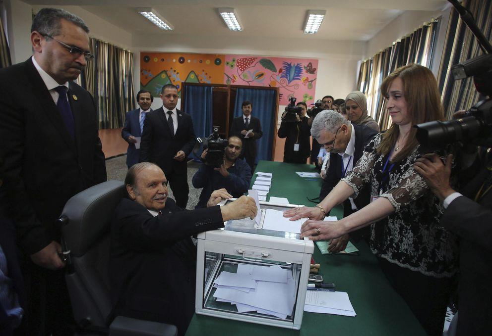 El presidente argelino, Abdelaziz Buteflika, acude a votar en silla de ruedas (Efe).