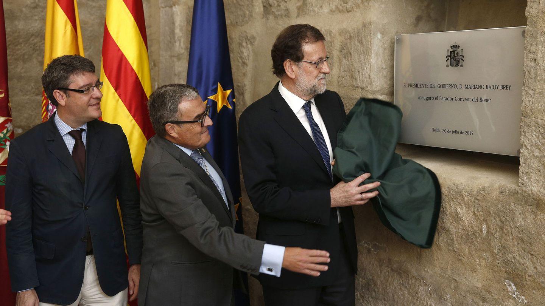 Mariano Rajoy, acompañado por el ministro de Energía y Turismo, Álvaro Nadal (i). (EFE)