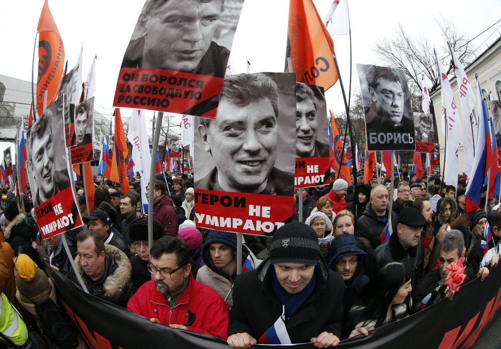 Foto: Opositores rusos protestan en Moscú con carteles con la imagen de Boris Nemtsov tras su asesinato, en marzo de 2015 (Reuters).