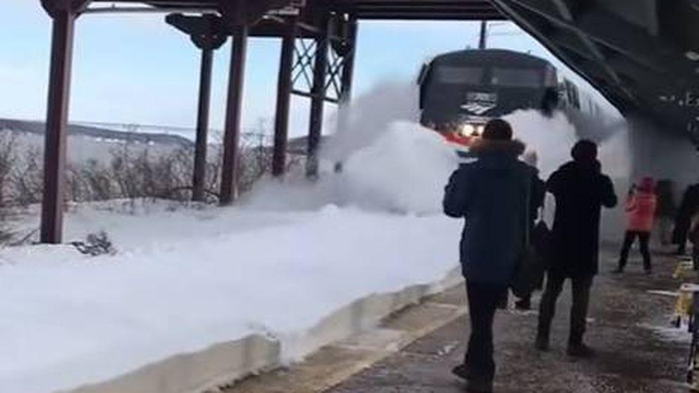 Un tren provoca un 'tsunami de nieve' en Nueva York
