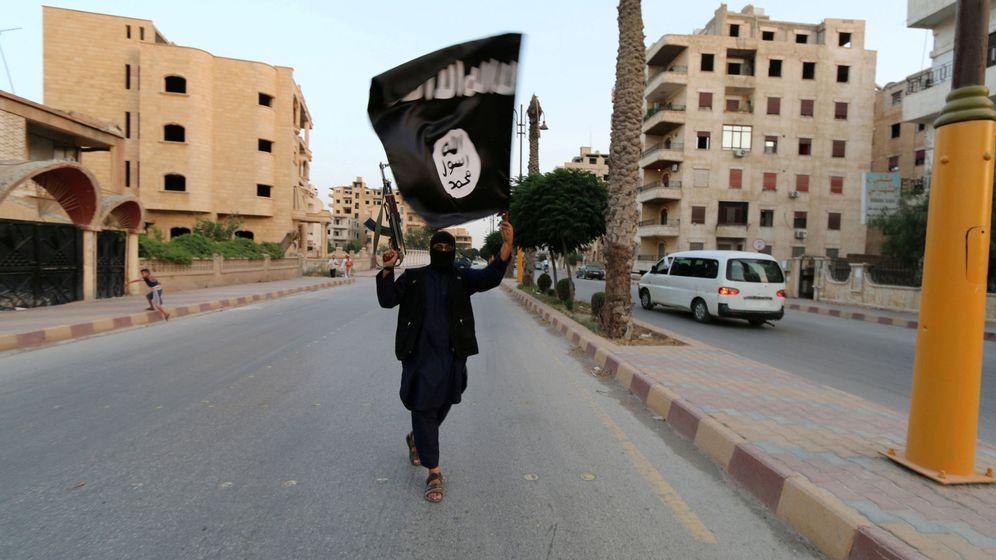 Foto: Un miembro del Estado Islámico de Irak y el Levante ondea una bandera en Raqqa, Siria. (Reuters)