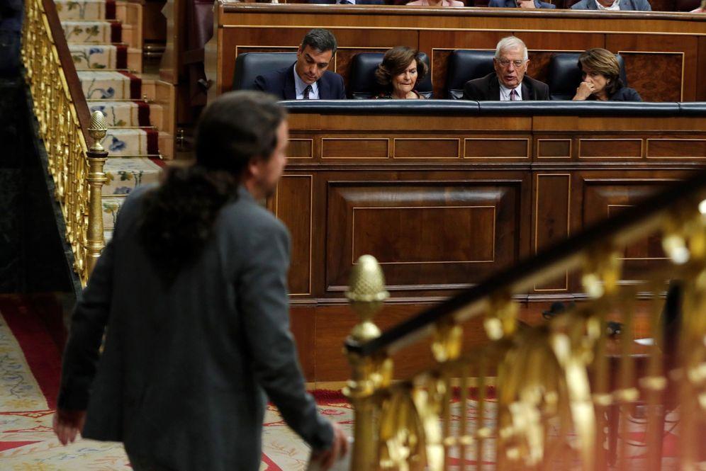 Foto: Pablo Iglesias pasa por delante de Pedro Sánchez y miembros del Gobierno, en el pleno de este 11 de septiembre en el Congreso. (EFE)