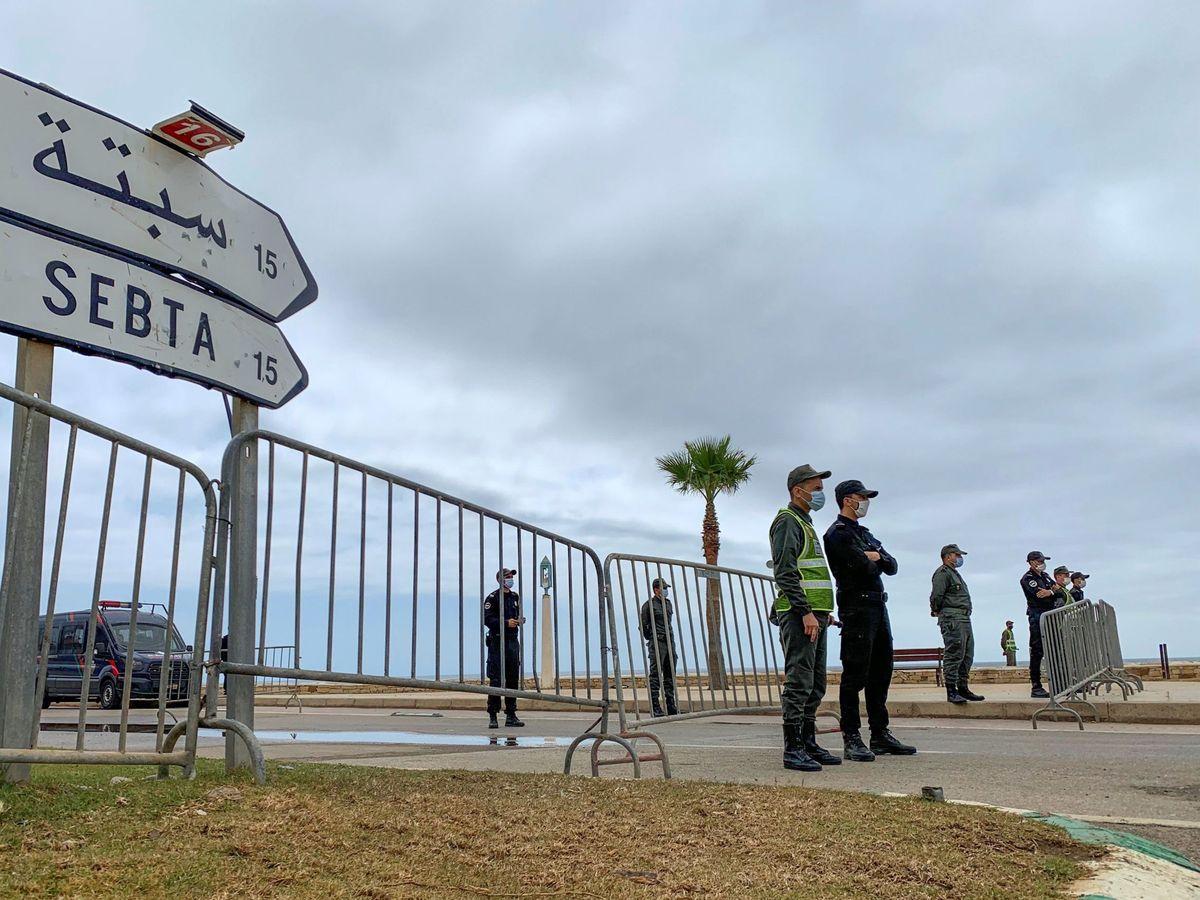 Foto: Policía Marroquí en la frontera con Ceuta. (EFE)